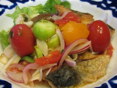 鯖のソテー  ミニトマト、きゅうり、紫玉葱のはいった甘酸っぱいソース